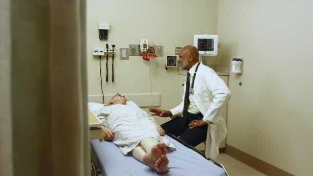 vidéos et rushes de ws ds doctor talking to patient in exam room / edmonds, washington, usa - expliquer