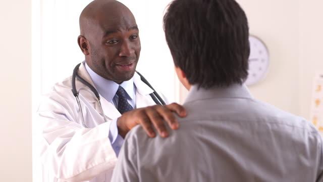 vídeos y material grabado en eventos de stock de doctor talking to patient - articulación humana