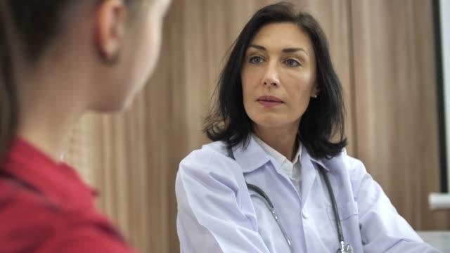 担当医師が患者に話している - 女性患者点の映像素材/bロール