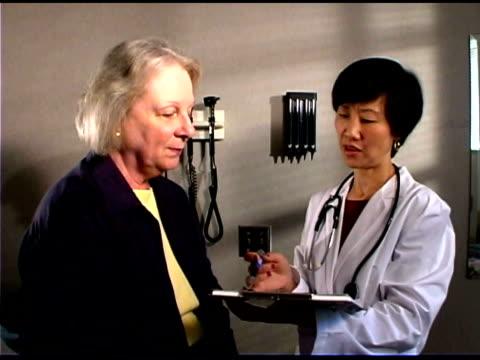 doctor talking to patient - nur frauen über 40 stock-videos und b-roll-filmmaterial