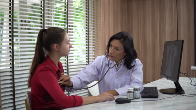 doctor talking with patient - stetoscopio video stock e b–roll