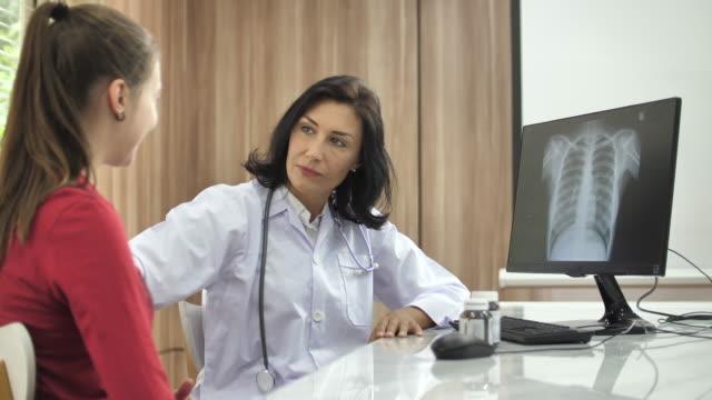 患者と話す医師 - 健康診断点の映像素材/bロール
