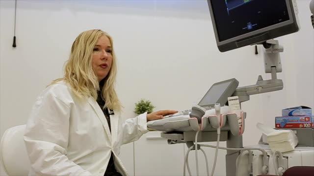 vídeos de stock, filmes e b-roll de médico fala sobre o mais recente equipamento médico - ultrassom 3d