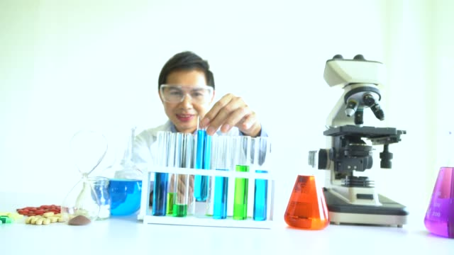 Arzt Tests im Labor zur Analyse und Recherche