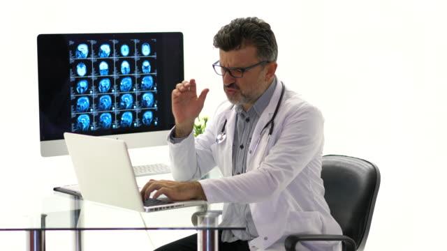 医師疲れ疲れと頭痛を感じる - 中年の男性一人点の映像素材/bロール