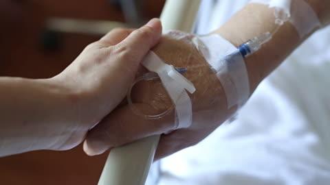 vidéos et rushes de médecin patient senior main toucher - rétablissement