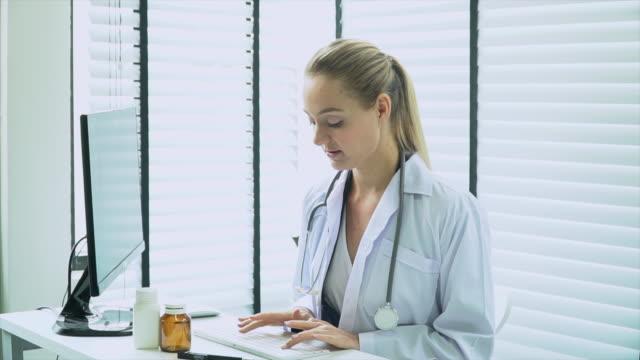 vídeos de stock, filmes e b-roll de doutor que usa o computador no estoque da mesa de escritório - quadro médico