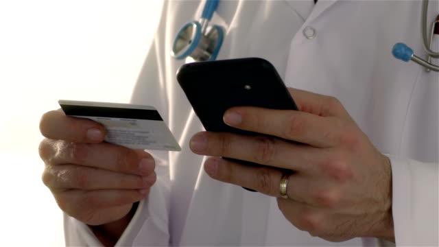 vídeos y material grabado en eventos de stock de médico con tarjeta de crédito - resolución de 4 k - voz