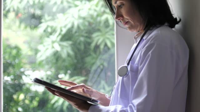 arzt mit digital-tablette - medizinischer beruf stock-videos und b-roll-filmmaterial