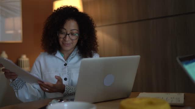 vídeos y material grabado en eventos de stock de médico usando computadora portátil para hablar con los pacientes o una reunión en línea en casa - evento virtual