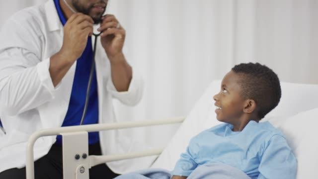 Médecin avec Stéthoscope à un Patient