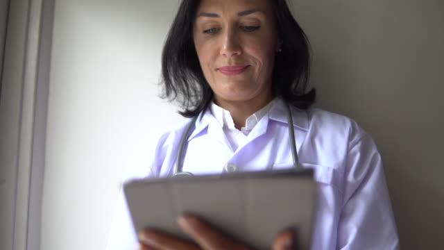 vídeos de stock, filmes e b-roll de médico usando ipad - trabalhadora de colarinho branco