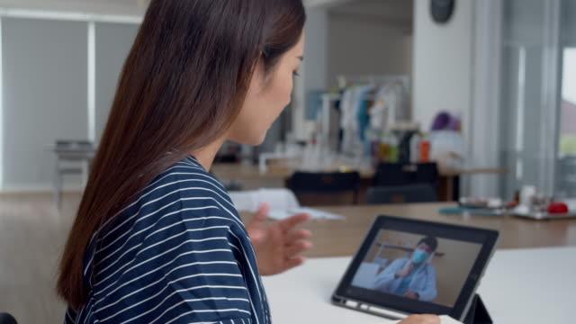 vidéos et rushes de docteur videocall au patient. - au loin