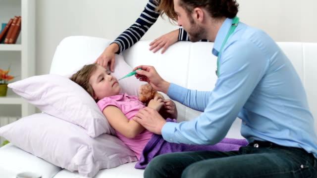 vídeos de stock e filmes b-roll de hd: pequeno médico visita o paciente em casa. - cold temperature