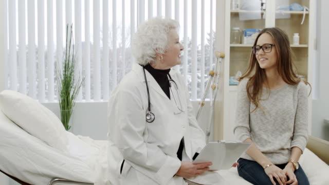 vidéos et rushes de visite du médecin et patient - bonne nouvelle