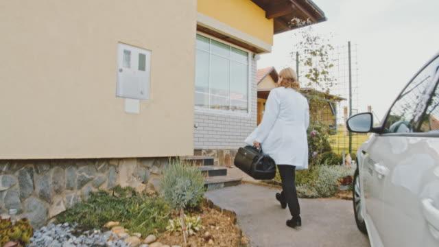 vídeos y material grabado en eventos de stock de médico ws visitando a un paciente en casa - eslovenia
