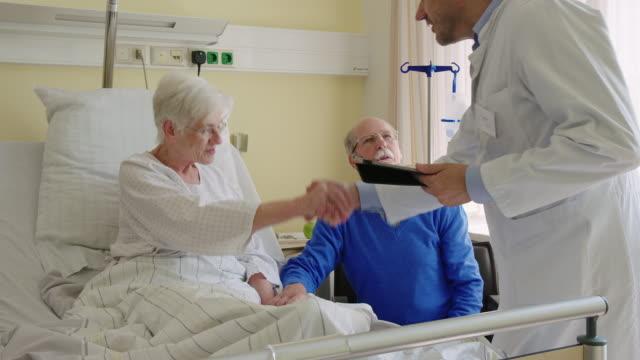 vídeos y material grabado en eventos de stock de médico que visita la sala del hospital para el chequeo de rutina - rutina