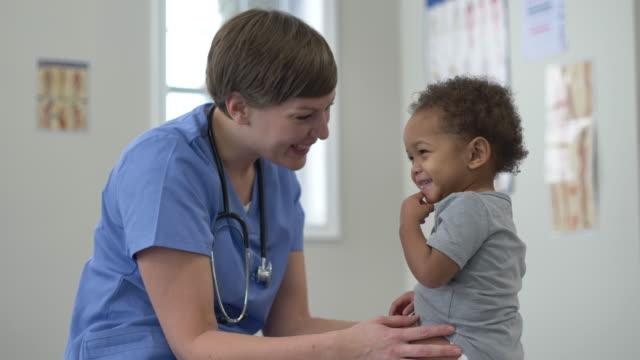 赤ちゃんを持つ医師 - 小児科医点の映像素材/bロール
