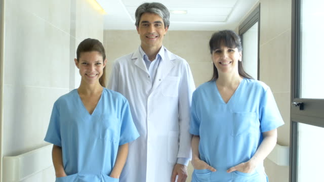 vidéos et rushes de médecin avec des infirmières en hôpital - trois personnes