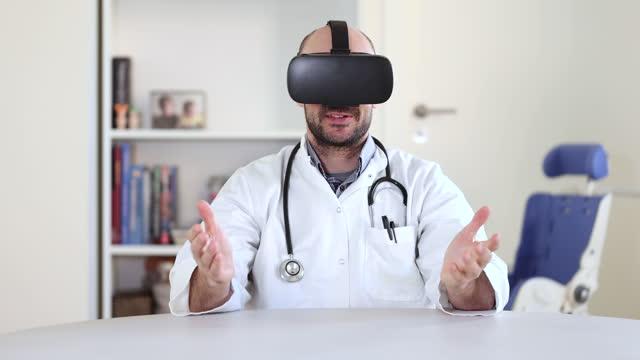 arzt mit vr-headset im untersuchungsraum - one mid adult man only stock-videos und b-roll-filmmaterial