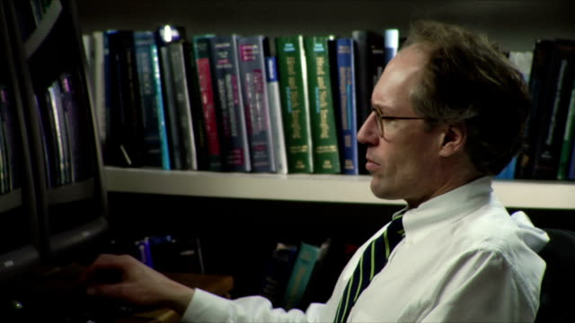 stockvideo's en b-roll-footage met cu zi doctor working on computer / burlington, vermont, usa - overhemd en stropdas