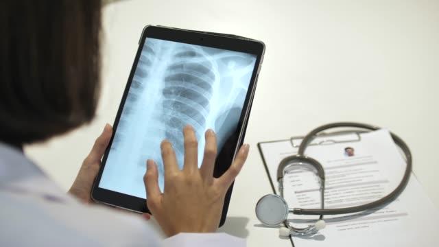 Arzt arbeitet auf TabletPC