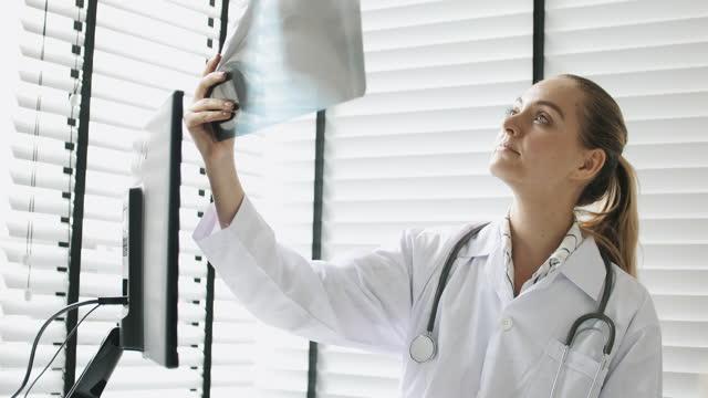 stockvideo's en b-roll-footage met arts die met x-ray film werkt - menselijke arm