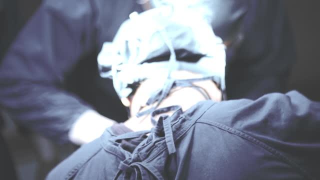 医師は手術室で一生懸命働く - 直腸点の映像素材/bロール