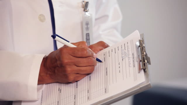 "vidéos et rushes de ""cu doctor writing medical chart/richmond,virginia, usa"" - bloc note"