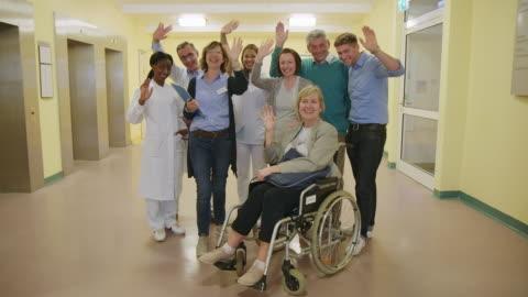 stockvideo's en b-roll-footage met artsen en patiënten zwaaien handen in het ziekenhuis - waving