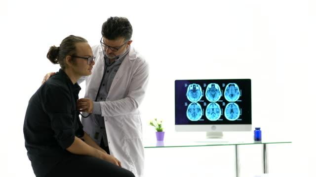 vídeos de stock, filmes e b-roll de os doutores estão usando um estetoscópio para verific pulmões e coração - bronquite