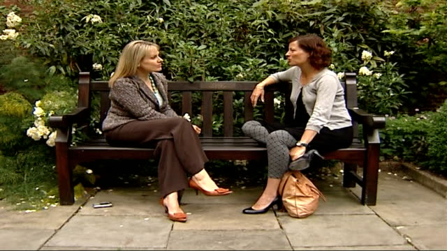 doctors back advice for pregnant women not to drink alcohol setup shot reporter and expectant mother rebecca edwards sitting on park bench rebecca... - sitzbank stock-videos und b-roll-filmmaterial