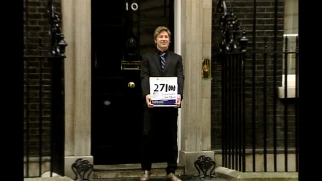 doctors call for more restrictions on junk food to tackle obesity problem; 30.3.2005 london: downing street: jamie oliver with petition outside... - jamie oliver stock videos & royalty-free footage
