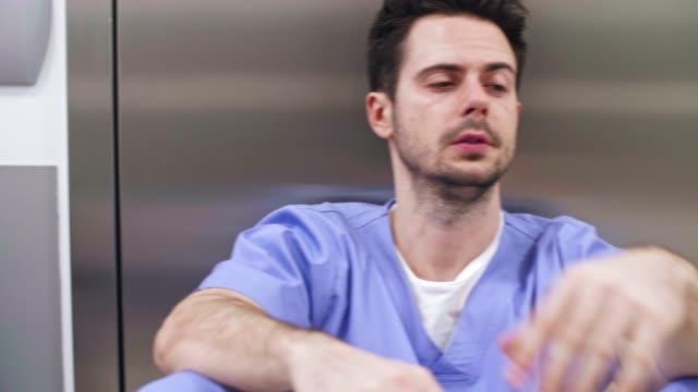 vídeos de stock e filmes b-roll de doctors footage - exaustão