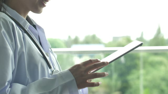 doctor's hands using digital tablet - rapporto video stock e b–roll