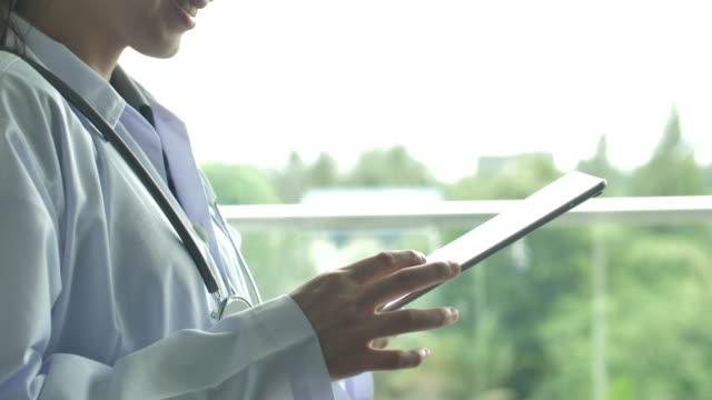 デジタルタブレットを使用した医師の手 - 報告書点の映像素材/bロール