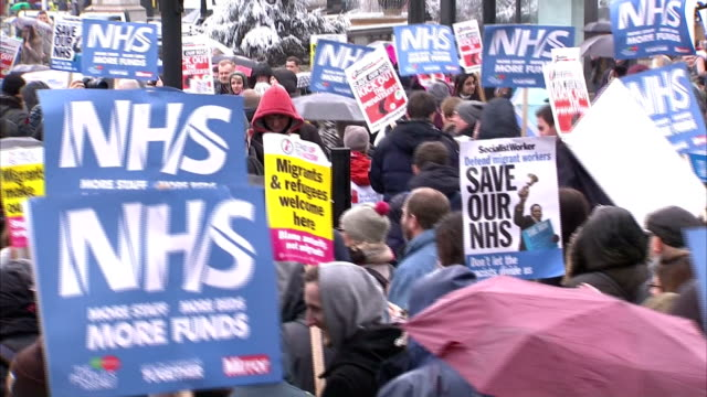 doctors marching through central london today have told sky news the health service is falling apart and time is running out to try to fix it they... - 国民保険サービス点の映像素材/bロール