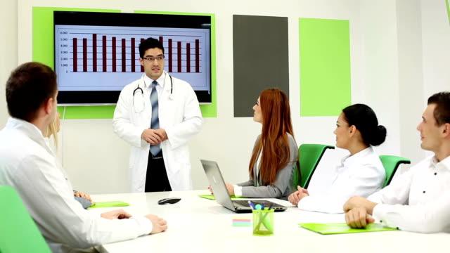 vídeos de stock, filmes e b-roll de médicos de reunião - quadro médico