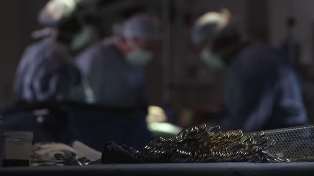 vídeos de stock e filmes b-roll de ms r/f doctors performing surgery / houston, texas, united states - bata cirúrgica