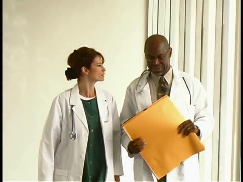 doctors - 男性と複数の女性点の映像素材/bロール