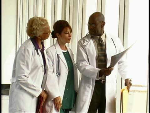 stockvideo's en b-roll-footage met doctors - man met een groep vrouwen