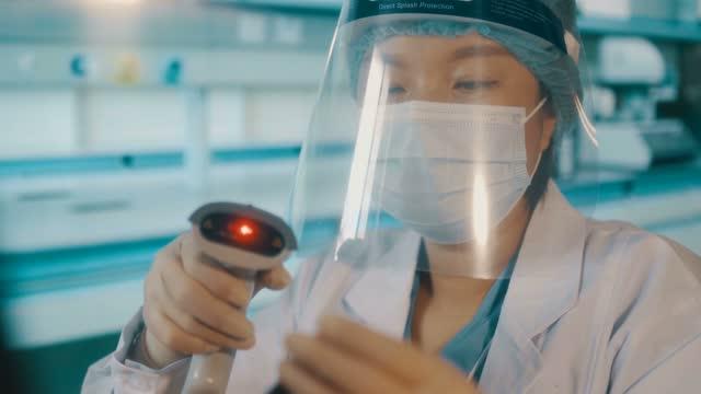 vidéos et rushes de les médecins travaillent dans le laboratoire de virus - codage et codification
