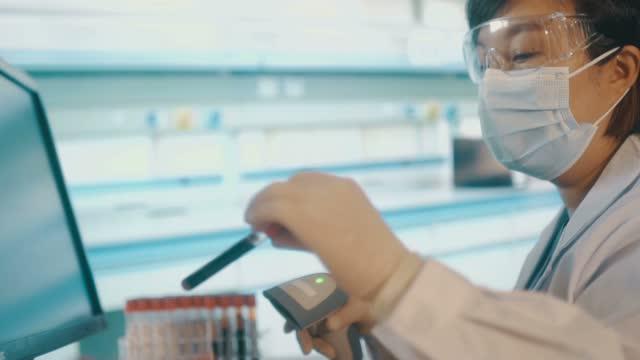 vídeos de stock e filmes b-roll de doctors work in the virus lab - epidemiologia