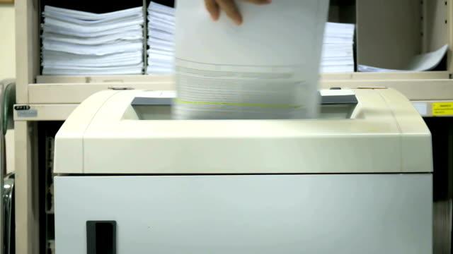 stockvideo's en b-roll-footage met document shredder in action. - identiteit