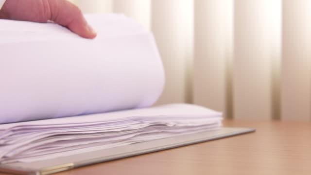 vídeos y material grabado en eventos de stock de 4 k : documentos - manojo