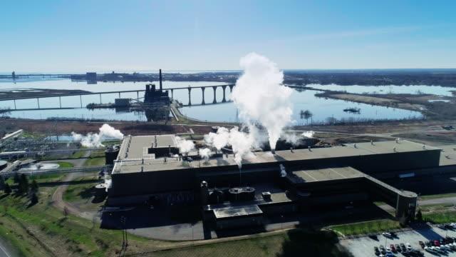 stockvideo's en b-roll-footage met betekent de industrie vervuiling? de plant aan de oever van lake superior, een van de grote meren, minnesota. luchtfoto drone video met de panoramische camera beweging. - kwaliteit