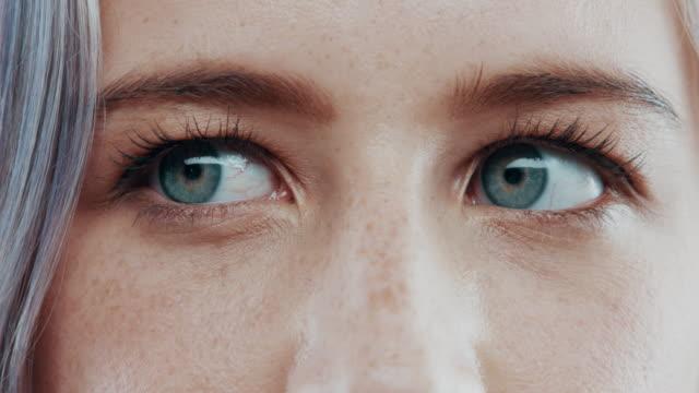 vidéos et rushes de l'esprit croit-il ce que les yeux voient ? - regarder autour de soi