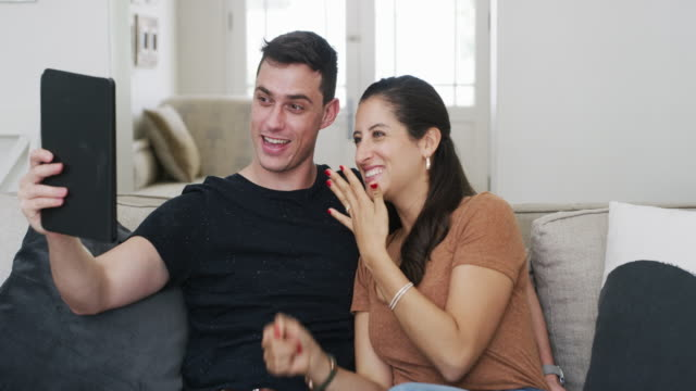 stockvideo's en b-roll-footage met laat deze ring me verloofd lijken? - aankondigingsbericht