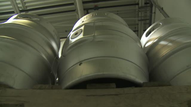 stockvideo's en b-roll-footage met dogfish head kegs - doornhaai