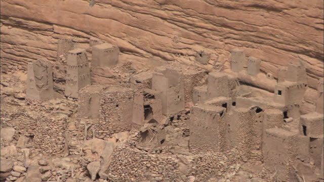dogon village made out of mud at the bottom of the bandiagara escarpment in mali, west africa - dorf stock-videos und b-roll-filmmaterial